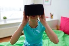 Fille heureuse en casque de vr ou verres 3d à la maison Photographie stock