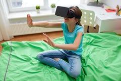 Fille heureuse en casque de vr ou verres 3d à la maison Images libres de droits