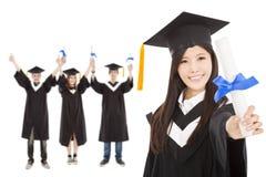 Fille et étudiants licenciés heureux Images stock