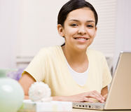 Fille heureuse et confiante avec des supports utilisant l'ordinateur portatif image libre de droits