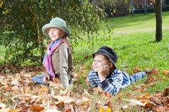 Fille heureuse et garçon appréciant dans un automne Photographie stock