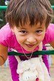 Fille heureuse et petite jouant sur la cour de jeu Photo libre de droits