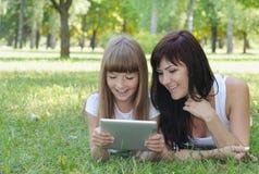 Fille heureuse et sa mère ayant l'amusement dans le parc d'été photos libres de droits