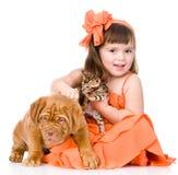 Fille heureuse et ses animaux familiers - un chiot et un chaton D'isolement Image libre de droits