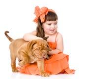 Fille heureuse et ses animaux familiers - un chiot et un chaton D'isolement sur le blanc Images stock