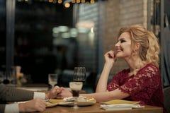 Fille heureuse Femme heureuse ayant des moments tendres dans le restaurant avec l'homme - les jeunes souriant - amour et relation Photos stock