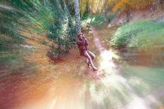 Fille heureuse, femme, vitesse s'élevante dans une aventure, route de corde, assurance, attraction, parc d'attractions, récréatio image stock