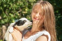 Fille heureuse jouant avec le chien Photo stock