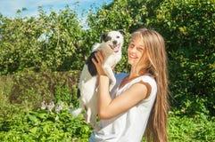 Fille heureuse jouant avec le chien Photo libre de droits