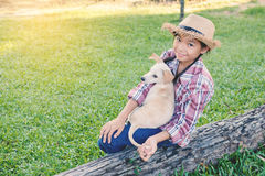 Fille heureuse jouant avec le petit chien Images libres de droits