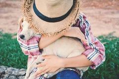 Fille heureuse jouant avec le petit chien Photos stock