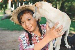 Fille heureuse jouant avec le petit chien Photos libres de droits