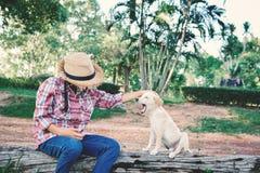 Fille heureuse jouant avec le petit chien Image libre de droits