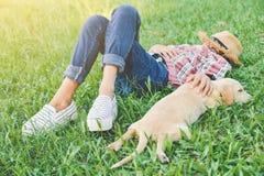 Fille heureuse jouant avec le petit chien Photographie stock