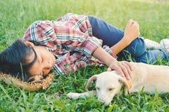 Fille heureuse jouant avec le petit chien Images stock