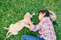 Fille heureuse jouant avec le petit chien Photo stock