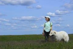 Fille heureuse jouant avec son chien Image stock
