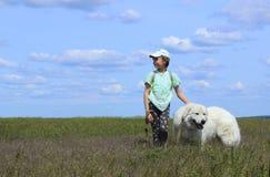 Fille heureuse jouant avec son chien Images libres de droits