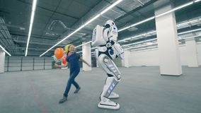 Fille heureuse jouant avec un robot, fin  clips vidéos