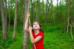 Fille heureuse jouant dans la jungle de Forest Park avec la liane photos stock