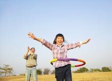 Fille heureuse jouant des cercles de danse polynésienne Image libre de droits
