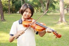 Fille heureuse jouant son violon images libres de droits