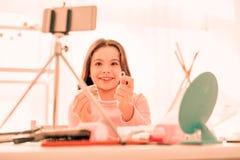 Fille heureuse joyeuse montrant l'anneau à la caméra photographie stock libre de droits