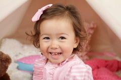 Fille heureuse Laughin et sourire d'enfant en bas âge Image stock