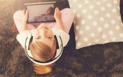 Fille heureuse mignonne vous regardant images stock