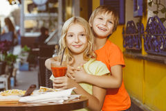 Fille heureuse ou satisfaisante de largeur de garçon mangeant de la pizza et Photos libres de droits