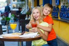 Fille heureuse ou satisfaisante de largeur de garçon mangeant de la pizza et Photo libre de droits