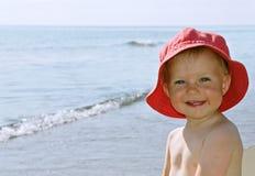 Fille heureuse par la mer Image libre de droits