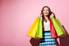 Fille heureuse portant les paniers colorés Images stock