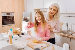 Fille heureuse positive appréciant la cuisson Photos stock
