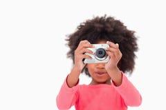 Fille heureuse prenant une photo Photos libres de droits
