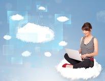 Fille heureuse regardant le réseau moderne de nuage Image stock