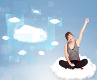 Fille heureuse regardant le réseau moderne de nuage Photographie stock libre de droits