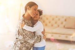 Fille heureuse rencontrant sa mère après séparation Photographie stock libre de droits
