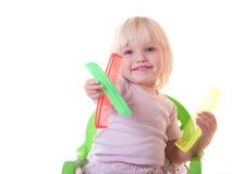 Fille heureuse s'asseyant avec des peignes photographie stock libre de droits