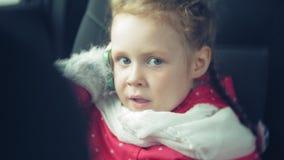 Fille heureuse s'asseyant dans le siège arrière d'une voiture et parlant au téléphone clips vidéos