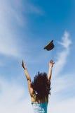 Fille heureuse sautant au ciel Photographie stock