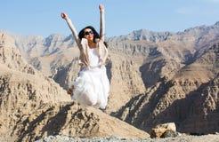 Fille heureuse sautant sur le dessus de montagne photos libres de droits