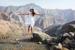 Fille heureuse sautant sur le dessus de montagne photographie stock