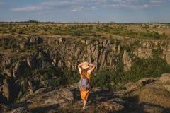 Fille heureuse se tenant sur un fond du canyon Images libres de droits