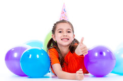 Fille heureuse se trouvant sur le plancher avec les ballons colorés Photo stock