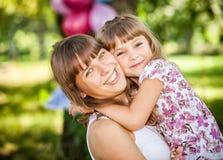 Fille heureuse sur des mains de soeur Photo stock