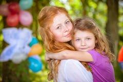 Fille heureuse sur des mains de soeur Images libres de droits
