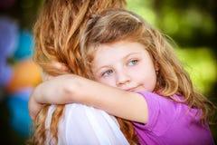 Fille heureuse sur des mains de soeur Photo libre de droits