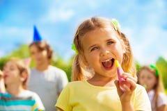 Fille heureuse sur l'anniversaire Images libres de droits