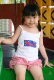 Fille heureuse sur la glissière Photographie stock
